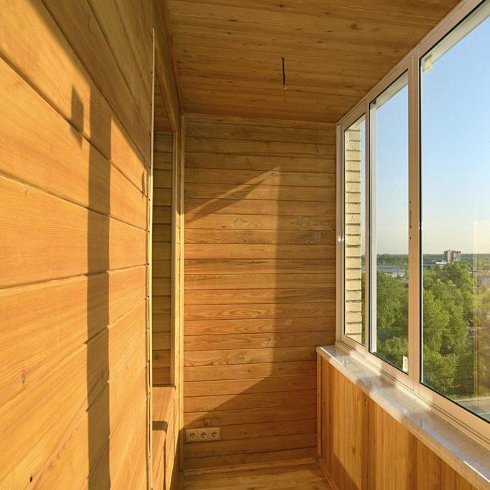 Отделкой балкона деревянной вагонкой