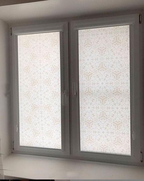 Окно с откосами, рулонные шторы после